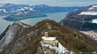 Santuario Santissima Trinità con alle spalle monte isola