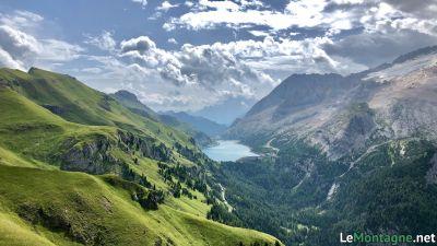 Sentiero Viel del Pan con sullo sfondo il lago Fedaia
