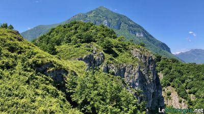 Sasso San Martino con sullo sfondo il monte Crocione