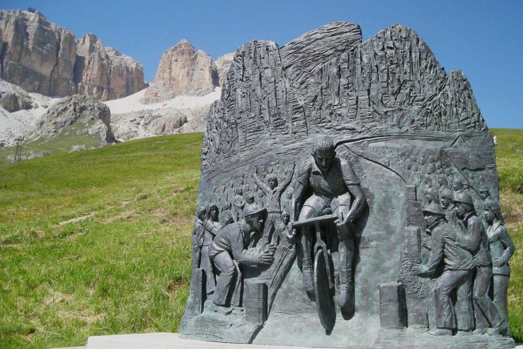 monumento a Fausto Coppi al passo pordoi