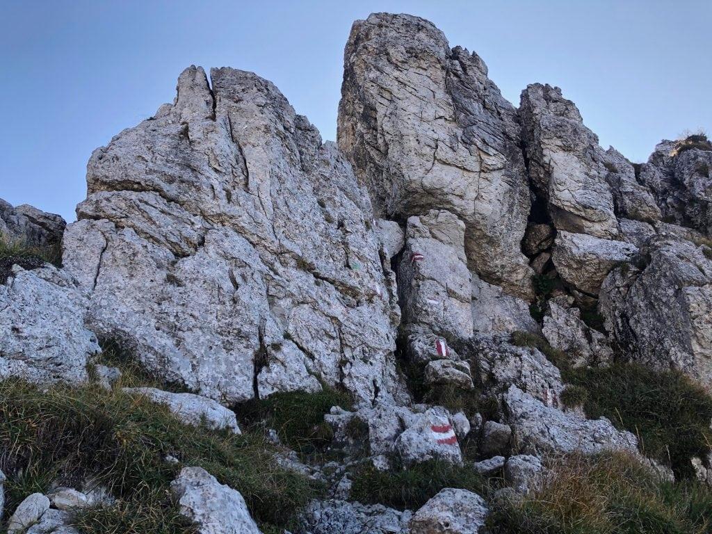 sentiero tra le rocce