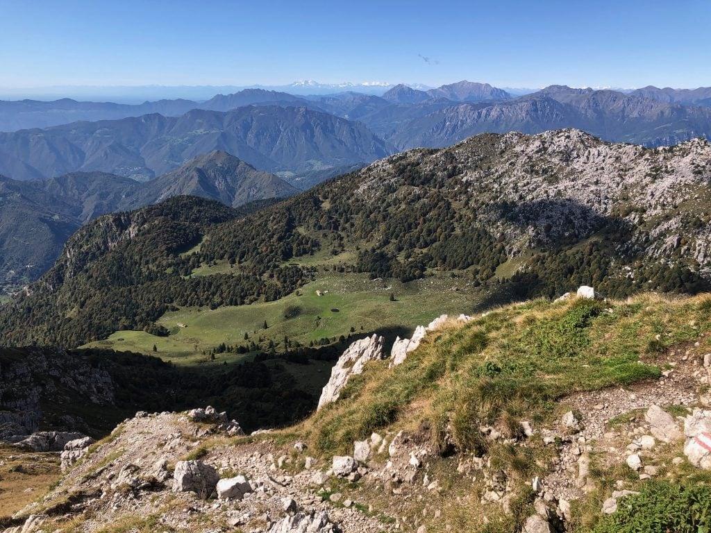 panorama verso le montagne del lecchese